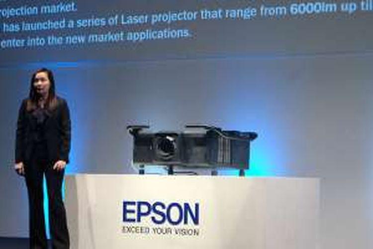 Amy Kwa, Head of Department Projector Division Epson Singapore memamerkan proyektor EB-L25000U di Yogyakarta, Senin (10/10/2016).