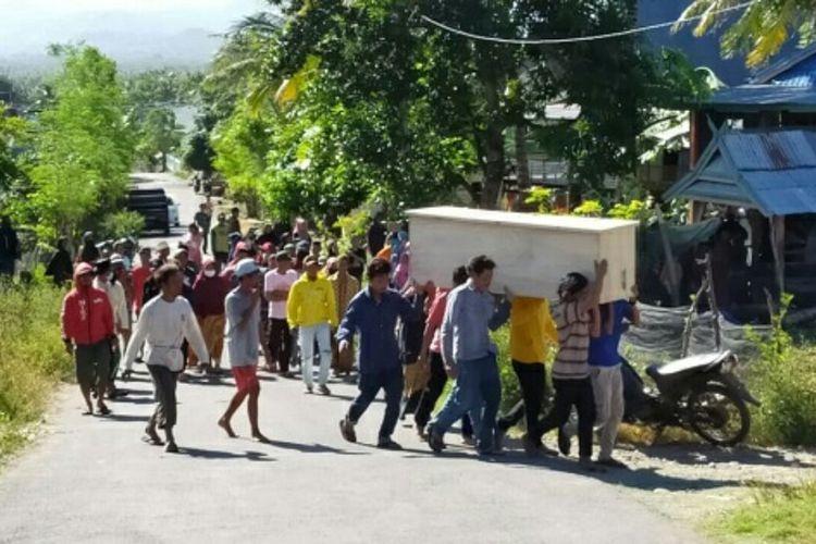 Sejumlah warga membawa peti jenazah pasien covid-19 ke rumah duka untuk disemayamkan di Kabupaten Jeneponto, Sulawesi Selatan usai mengusir paksa petugas gugus tugas covid-19 yang hendak memakamkan korban. Sabtu, (4/7/2020).