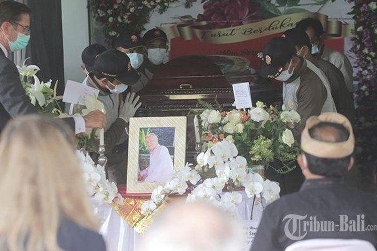 Jenazah Frits Frederik Seegers tiba di tempat Krematorium Kertha Semadi, Mumbul, Badung, Bali, Senin 8 Februari 2021. Tampak Dewi Soekarno dan Kartika Sari Dewi beserta keluarga hadir dalam acara pemakaman tersebut.