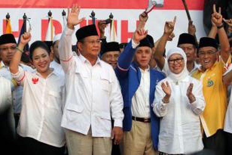 Calon presiden nomor urut 1 Prabowo Subianto didampingi Titiek Soeharto (kiri) bersama calon Wakil Presiden Hatta Rajasa dan Ibu Okke Rajasa (kanan) menghadiri acara penandatanganan Koalisi Merah Putih Permanen di Tugu Proklamasi, Jakarta Pusat, Senin (14/7/2014). Ketua dan Sekjen Partai Politik pendukung pasangan Prabowo-Hatta yaitu Gerindra, PKS, PPP, Golkar, PBB, PAN, dan Demokrat, untuk menguatkan komitmennya menandatangani nota kesepahaman Koalisi Permanen mendukung Prabowo-Hatta.