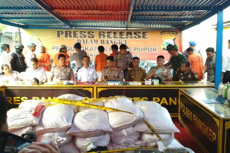 Kepala Polda Sulsel, Irjen Polisi Muktiono dan jajarannya mengekspose kasus 3 ton bahan peledak di Kabupaten Pangkajene dan Kepulauan, Senin (24/7/2017).