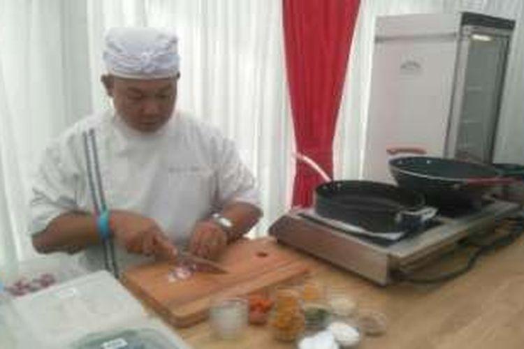 Chef Gede sedang  menyiapkan bumbu yang akan digunakannya dalam demo memasak di ajang Indonesia Weekend di London, Inggris.