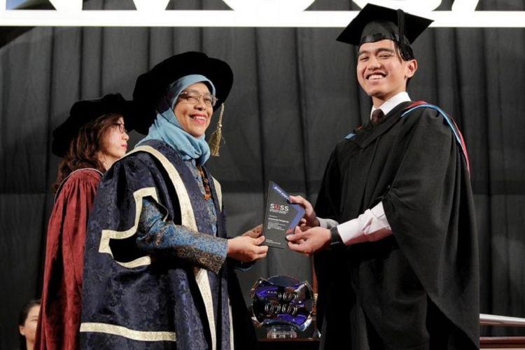 Putra bungsu Presiden Joko Widodo (Jokowi), Kaesang Pangarep, ketika menerima SUSS-EMP Alumni Entrepreneurship Award dari Presiden Singapura Halimah Yacob dalam upacara wisuda Singapore University of Social Sciences Rabu (9/10/2019).
