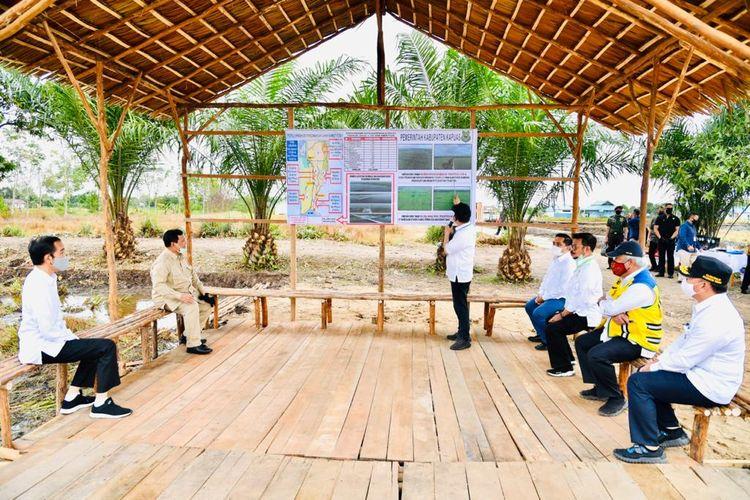 Presiden Joko Widodo meninjau lokasi pengembangan food estate atau lumbung pangan nasional dalam kunjungan kerja ke Provinsi Kalimantan Tengah, Kamis (9/7/2020).  Lokasi yang pertama ditinjau untuk menjadi lumbung pangan baru di luar Pulau Jawa tersebut terletak di Desa Bentuk Jaya, Kecamatan Dadahup, Kabupaten Kapuas.