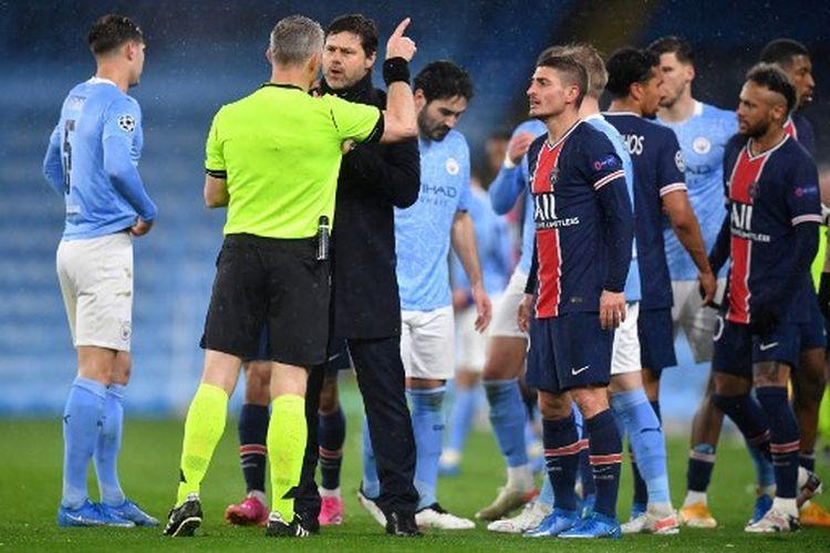 Momen ketika Mauricio Pochettino dan Marco Verratti melakukan protes terhadap wasit Bjorn Kuipers pada laga leg kedua semifinal Liga Champions, Man City vs PSG, yang dihelat di Stadion Etihad pada Selasa (4/5/2021).