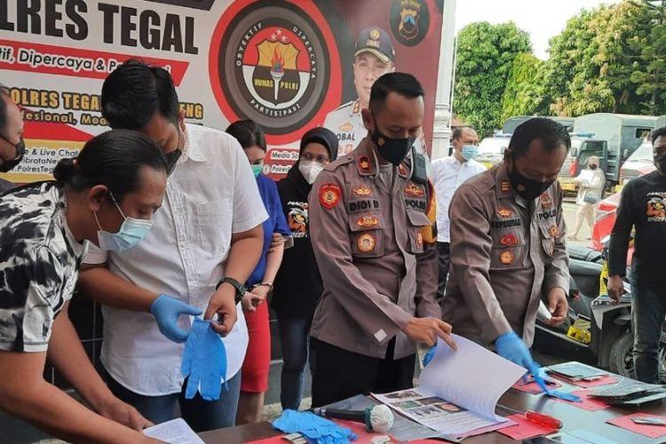 Kapolres Tegal menggelar konferensi pers tentang dugaan penipuan pengembang perubahan di Tegal, Jawa Tengah, Rabu (19/5/2021)