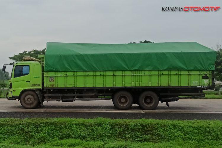 Ilustrasi truk ODOL di jalan tol.