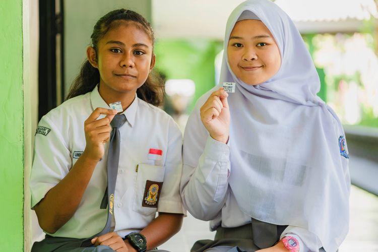 Siswi SMAN1 Bondowoso 058 menerima TTD (Tablet Tambah Darah)