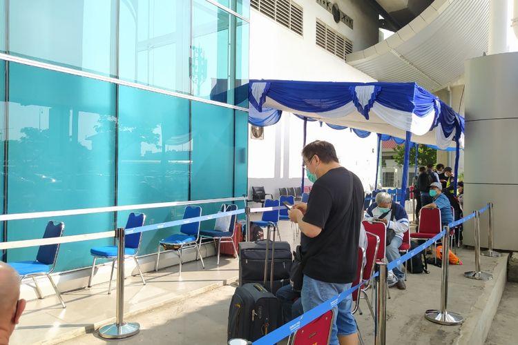 Calon penumpang pesawat di Bandara Soekarno-Hatta yang hendak melakukan layanan rapid test antigen di Shelter Kalayang Terminal 2 Bandara Soekarno-Hatta, Rabu (23/12/2020).