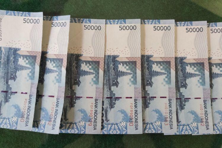 Polisi mengamankan uang palsu Rp. 350.000 dalam pecahan Rp 50.000 dan struk bukti transfer dalam kasus dugaan peredaran uang palsu di Kulon Progo, DI Yogyakarta. Polisi masih menyelidiki kasus ini.