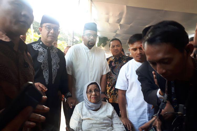 Gubernur DKI Jakarta Anies Baswedan bersama ibundany, Aliyah Rasyid Baswedan di rumah duka Presiden ketiga Republik Indonesia Bacharuddin JusufHabibie, di Jalan Patra Kuningan XIII Blok L15/7 No.5, Setiabudi, Jakarta Selatan.