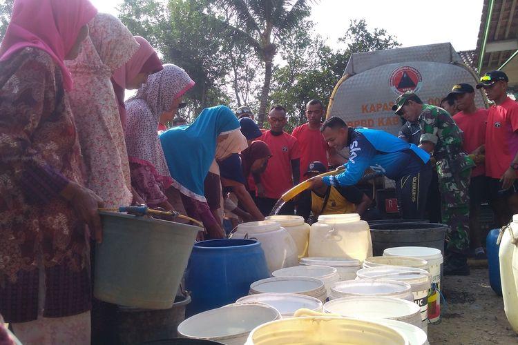 Batalyon Infantri 405/Surya Kusuma bersama BPBD menyalurkan bantuan air bersih di Desa Karangtalun Kidul, Kecamatan Purwojati, Kabupaten Banyumas, Jawa Tengah (Jateng), baru-baru ini.