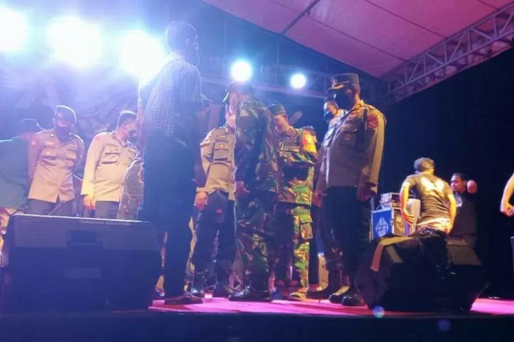 Kapolres Lombok Tengah bersama Dandim 1620/loteng membubarkan acara live musik di Dusun Perendek, Desa Tanak Awu, Kecamatan Pujut, Sabtu 11/9) malam.