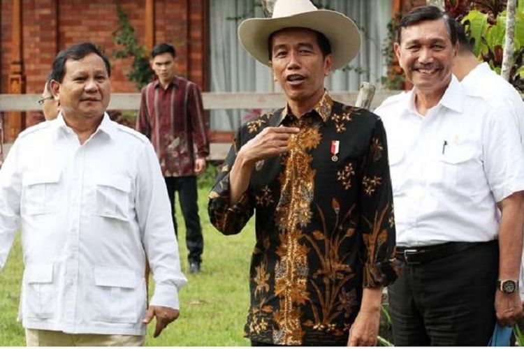 Presiden Joko Widodo bersama Ketua Umum Partai Gerindra Prabowo Subianto di kediaman Prabowo Subianto, Bogor, Jawa Barat, Senin (31/10/2016).
