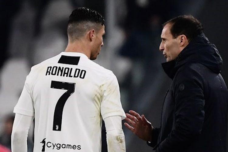 Massimiliano Allegri sedang berbicara dengan Cristiano Ronaldo pada laga Juventus vs Parma dalam pekan ke-22 Liga Italia di Stadion Juventus, Sabtu (2/2/2019) atau Minggu dini hari WIB.
