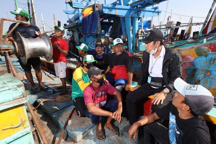 Bupati Lamongan Yuhronur Efendi (dua dari kanan) saat berdialog dengan para nelayan yang ada di Kecamatan Brondong.