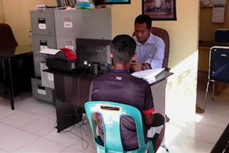 B (16), tersangka pencabulan bocah SD saat diperiksa di Polres Aceh Barat.