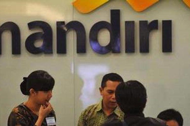 Ilustrasi: Pelayanan nasabah di Plaza Bank Mandiri, Jakarta.