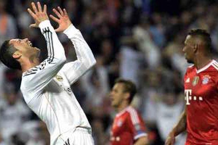 Reaksi penyerang Real Madrid, Cristiano Ronaldo, karena gagal mencetak gol saat timnya melawan Bayern Muenchen pada leg pertama semifinal Liga Champions di Santiago Bernabeu, Rabu (23/4/2014). Madrid menang 1-0.