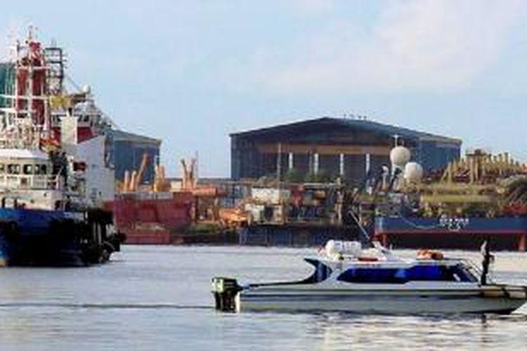 Salah satu galangan di kawasan Sekupang, Batam, Kepulauan Riau, beberapa waktu lalu. Industri galangan kapal menjadi salah satu andalan Batam. Namun, daya saing Batam sebagai kawasan industri terus menurun karena ketidakjelasan peraturan, maraknya pungli, dan kelesuan perekonomian global.