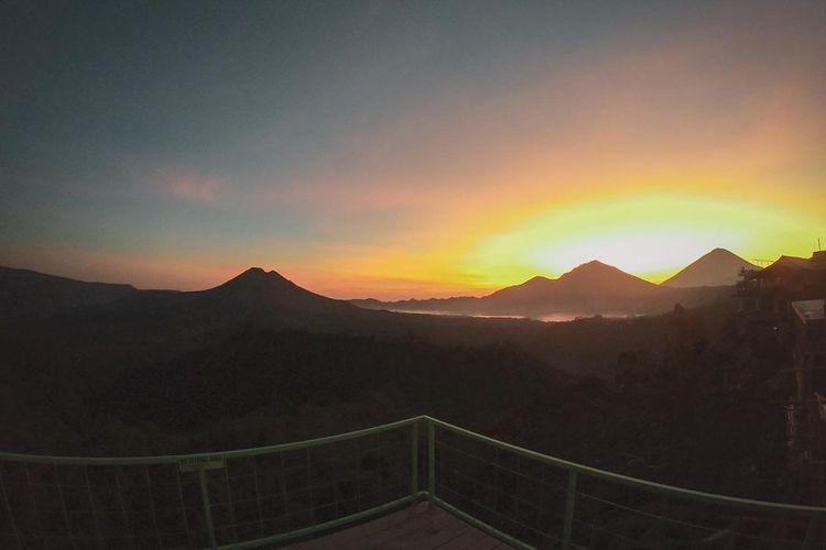 Pemandangan matahari terbit dari Kava Kintamani, Bali