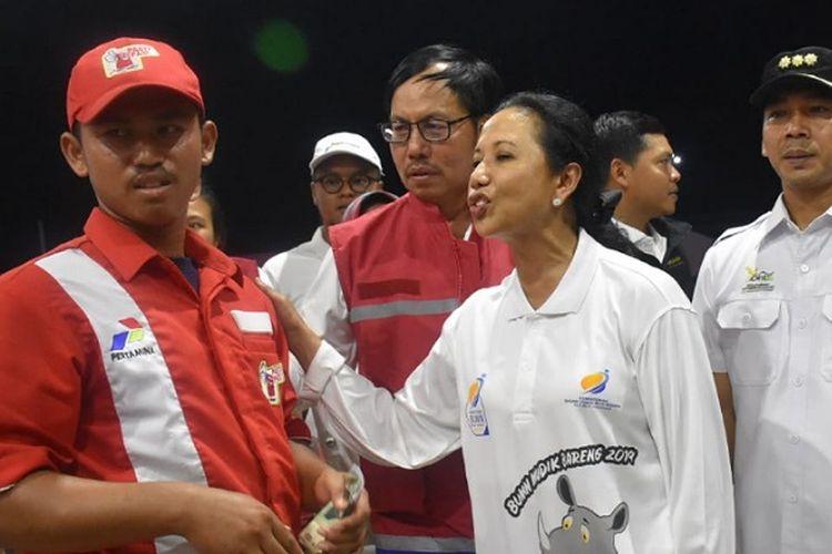Menteri BUMN Rini Soemarno berbincang dengan salah seorang petugas SPBU di KM 379 tol trans jawa.
