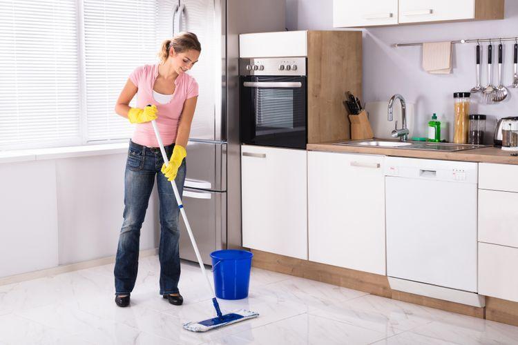 Ilustrasi membersihkan dapur, membersihkan lantai dapur.
