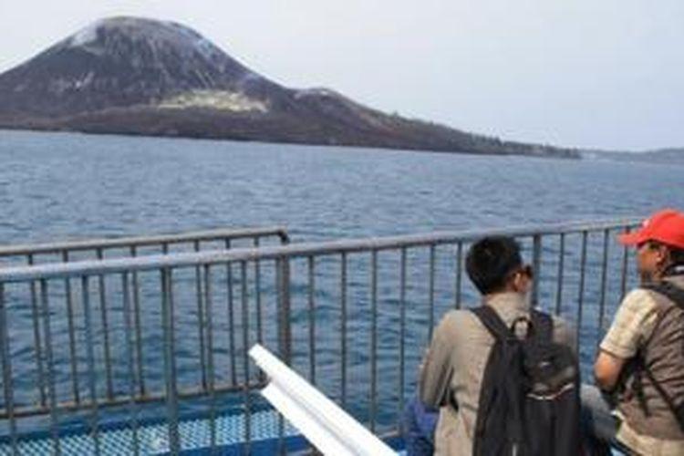 Wisatawan domestik mengikuti tur Gunung Anak Krakatau saat acara Festival Krakatau 2012.