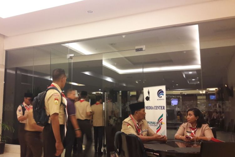 Para peserta Munas X Gerakan Pramuka keluar dari lift akibat getaran gempa.