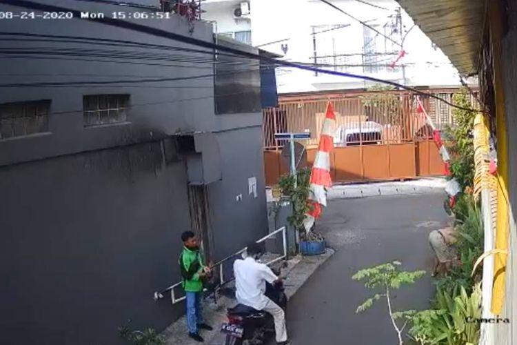 Aksi kejahatan berupa pencurian kendaraan dengan modus menghipnotis, kali ini menimpa seorang driver ojek online (ojol) di Jakarta Barat.
