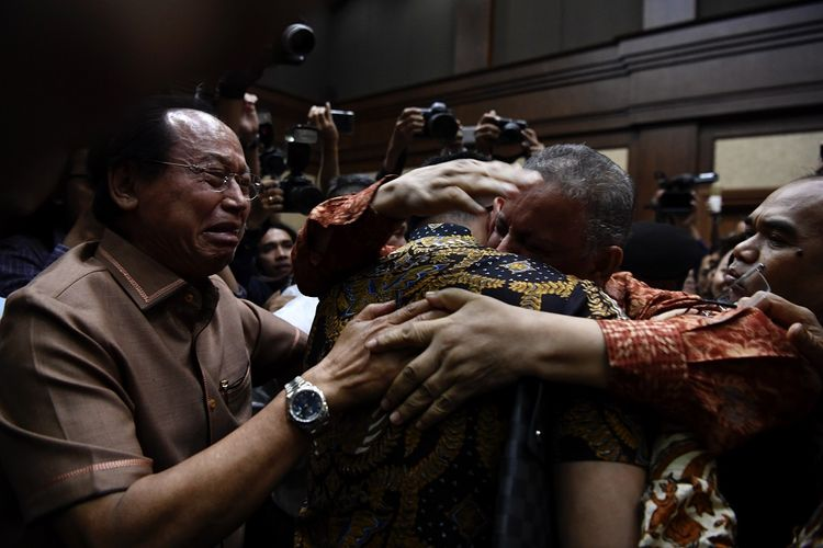 Mantan Dirut PLN Sofyan Basir (kedua kanan) memeluk kerabatnya usai pembacaan putusan di Pengadilan Tipikor, Jakarta, Senin (4/11/2019). Majelis hakim memvonis bebas Sofyan Basir. ANTARA FOTO/Puspa Perwitasari/aww.