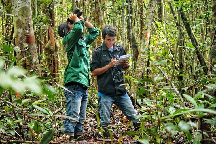 ANJ mempekerjakan anggota masyarakat lokal untuk berpatroli dan memantau kawasan konservasi untuk mencegah kebakaran hutan. Staf konservasi secara berkala mengelola aktivitas ini di setiap unit bisnis.
