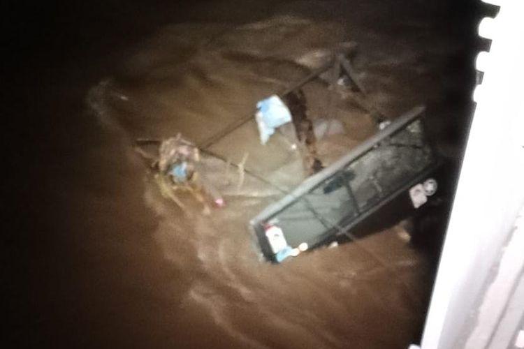 Mobil offroad terjebak di tengah sungai saat banjir bandang di Sungai Unda, Klungkung.