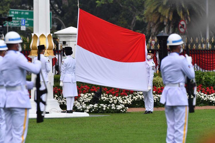 Anggota Paskibraka mengibarkan bendera merah putih dalam peringatan Hari Kemerdekaan ke-75 RI di Istana Negara, Jakarta, Senin (17/8/2020).