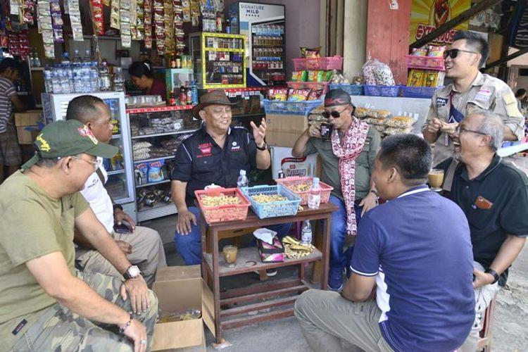 Rehat di Tomohon, Sulawesi Utara Rusli Habibie bersama rombongan Jelajah Wisata Sulawesi 2020 singgah di warung kopi warga, menikmati kacang kawangkoan.