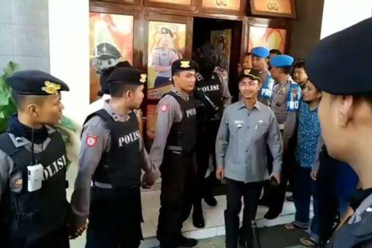 Komisi Pemberantasan Korupsi (KPK) mengamankan sejumlah pejabat di lingkungan Pemkab Pamekasan dan Kejaksaan Negeri (Kejari) Pamekasan dalam operasi tangkap tangan, Rabu (2/8/2017).