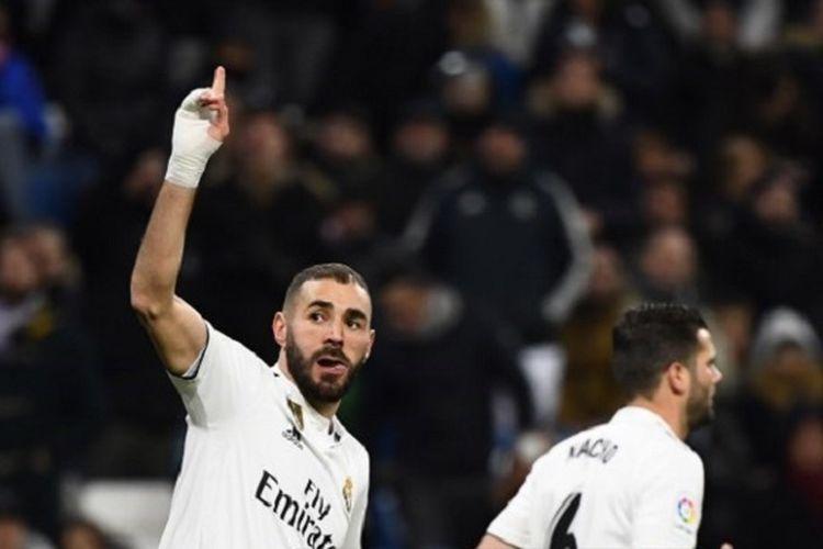 Karim Benzema membalas aplaus penonton seusai mencetak gol pada pertandingan Real Madrid vs Deportivo Alaves dalam lanjutan La Liga Spanyol di Stadion Santiago Bernabeu, 3 Februari 2019.