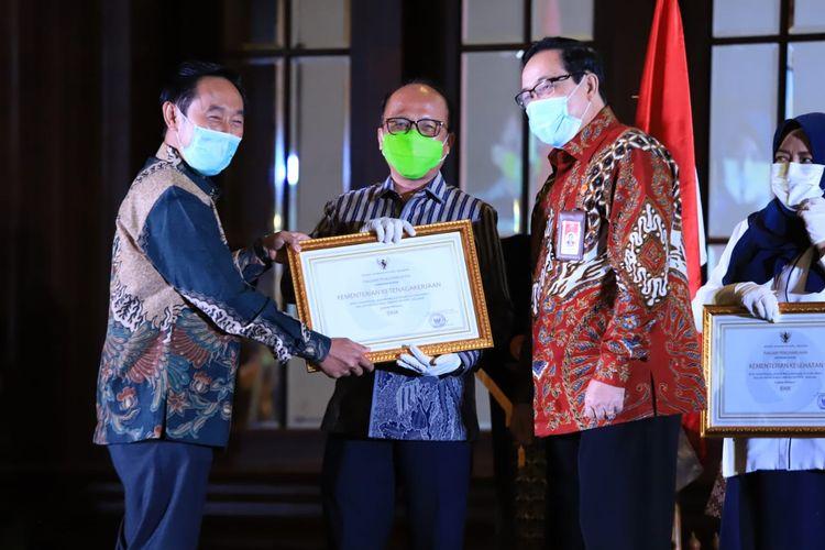 Kementerian Ketenagakerjaan  menerima penghargaan dengan predikat ?Baik? dari Komisi Aparatur Sipil Negara atas kinerja merit sistem dan reformasi birokrasi.