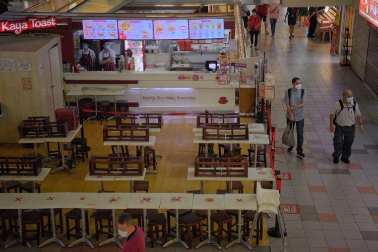 Pemandangan tempat makan yang sepi saat jam makan siang di Yakun Kaya Toast di People's Park Centre, Singapura pada Kamis (22/07/2021).