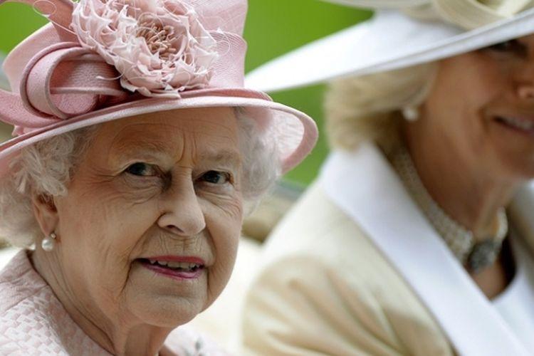Ratu Inggris Elizabeth II bersama istri Pangeran Charles, Duchess of Cornwall dalam sebuah acara kerajaan di London.