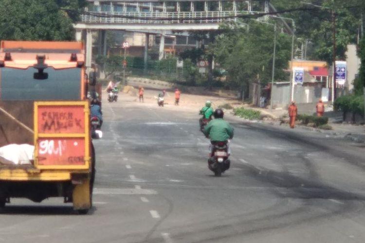 Jalan Fachrudin, Tanah Abang ditutup dan dibersihkan oleh pasukan penanganan prasarana dan sarana umum (PPSU), Rabu (22/5/2019).