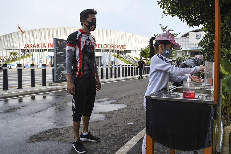 Seorang warga mencuci tangannya sebelum berolahraga di Jakarta International Velodrome, Rawamangun, Jakarta, Minggu (25/10/2020). Jakarta International Velodrome (JIV) kembali dibuka untuk publik selama penerapan Pembatasan Sosial Berskala Besar (PSBB) transisi di ibu kota, namun membatasi jumlah pengunjung sebanyak 1.500 orang atau 50 persen dari kapasitas normal yakni sebanyak 3.000 orang.