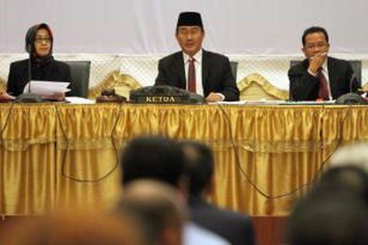 Majelis Hakim Dewan Kehormatan Penyelenggara Pemilu (DKPP), yang diketuai Jimly Asshidiqie (tengah) melanjutkan sidang dugaan pelanggaran kode etik yang dilakukan Komisi Pemilihan Umum (KPU) dan Badan Pengawas Pemilu (Bawaslu) dalam Pilpres 2014, di Jakarta Pusat, Senin (11/8/2014). Dalam sidang ini, DKPP mempersilakan KPU dan Bawaslu untuk memberikan jawaban atas aduan yang dilayangkan pihak pengadu seperti terdiri dari Sigop M Tambunan, Tim Advokasi Independen untuk Informasi dan Keterbukaan Publik Ir Tonin Tachta Singarimbun dan Eggi Sudjana, dan Tim Aliansi Advokat Merah Putih Ahmad Sulhy.