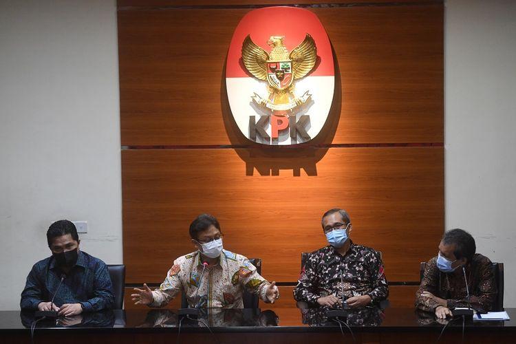 Menteri Kesehatan Budi Gunadi Sadikin (tengah) bersama Menteri BUMN Erick Thohir (kiri) dan Wakil Ketua KPK Alexander Marwata (kedua kanan) dan Deputi Pencegahan KPK Pahala Nainggolan (kanan) memberikan keterangan pers usai pertemuan tertutup di gedung KPK, Jakarta, Jumat (8/1/2021). Pertemuan tersebut membahas proses pengadaan dan pendistribusian vaksin COVID-19. ANTARA FOTO/Akbar Nugroho Gumay/wsj.