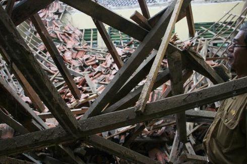 Sekolah Ambruk di Cirebon, Siswa 2 Kelas Belajar dalam Satu Ruang
