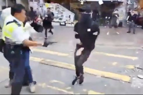 Polisi Hong Kong Terekam Tembak Demonstran dari Jarak Dekat