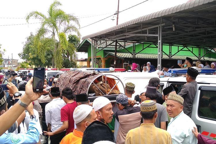 Dari 9 jenazah korban kecelakaan lalu lintas di kawasan Pabatu, Tebing Tinggi pada Minggu (21/2/2021) malam, 4 di antaranya disholatkan kemudian dikebumikan di tempat pemakaman Kamboja di Lau Dendang.