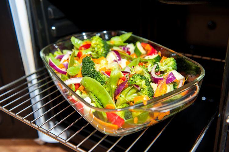 Ilustrasi loyang kaca untuk memanggang masakan.