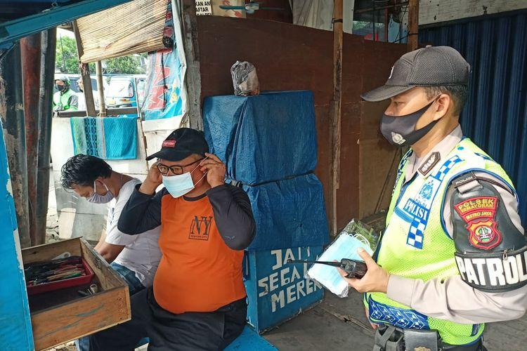 Polsek Kemayoran dan Satpol PP menggelar razia protokol kesehatan kepada warga di sekitar Jalan H.Ung, Kebon Kosong, Kemayoran, Jakarta Pusat, pada Kamis (3/5/2021). Banyak warga yang kedapatan tak memakai masker mendapat sanksi sosial.