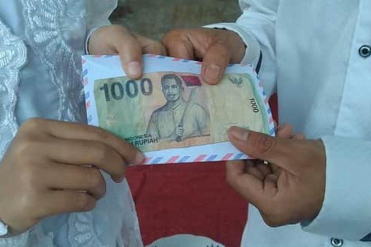 Foto Pahrurrozi dan Widiawati usai melangsungkan pernikahan dengan maskawin 1000 rupiah